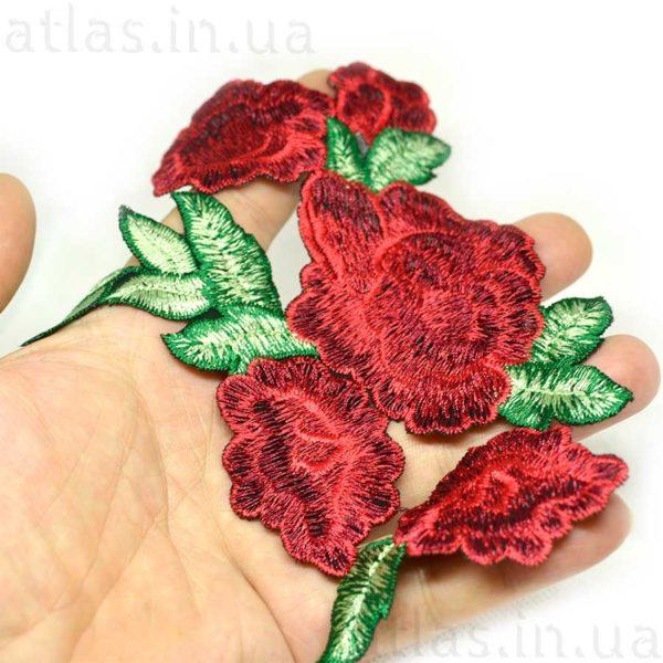 красные цветы на сетке