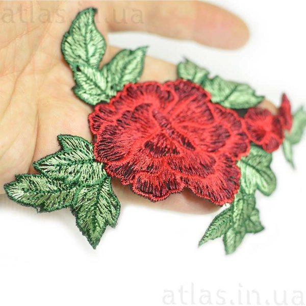 красная роза три бутона вышитая аппликация