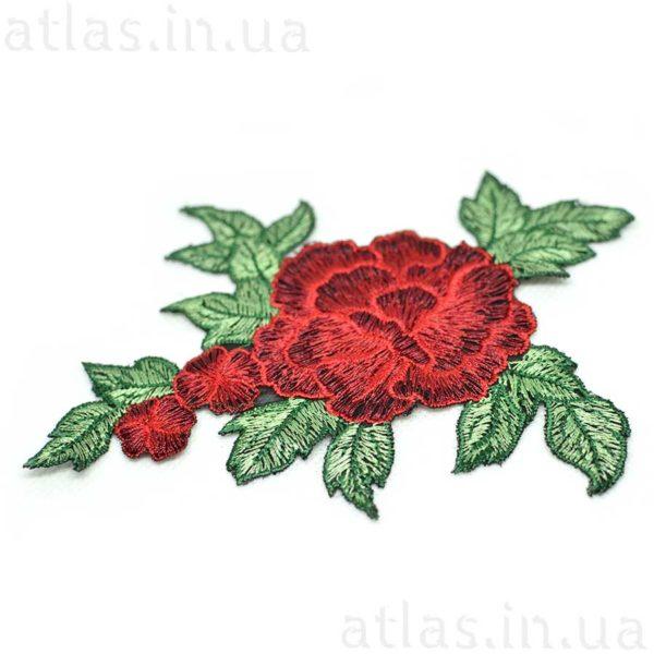 красная роза вышитая три бутона