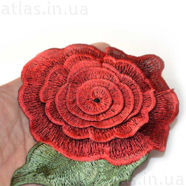 вышитая на сетке красная роза