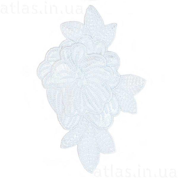 белый цветок на сетке