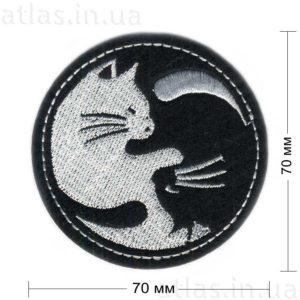 вышитые нашивки кошки инь и янь на черном фоне 70х70 мм